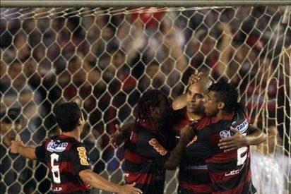 1-0. Adriano adelanta al Flamengo con un penalti en medio de un diluvio