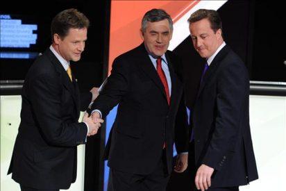 Brown se enfrenta al último debate por TV, centrado en la crisis económica