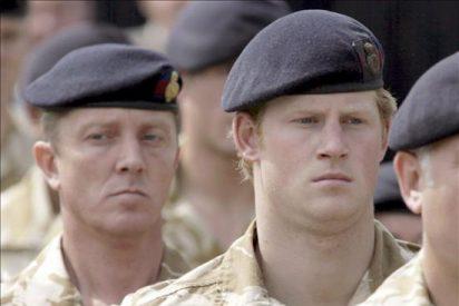 El príncipe Enrique de Inglaterra supera su curso de piloto de helicópteros