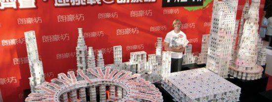 La única persona en el mundo que se gana la vida construyendo castillos de naipes