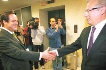 Garzón y Bono se socorren mutuamente en la presentación del libro 'Rojos en la Red'