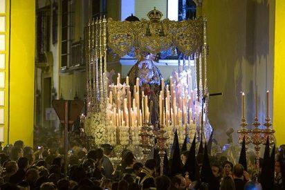 """Centenares de miles de fieles siguen la """"Madrugá"""" en Sevilla"""