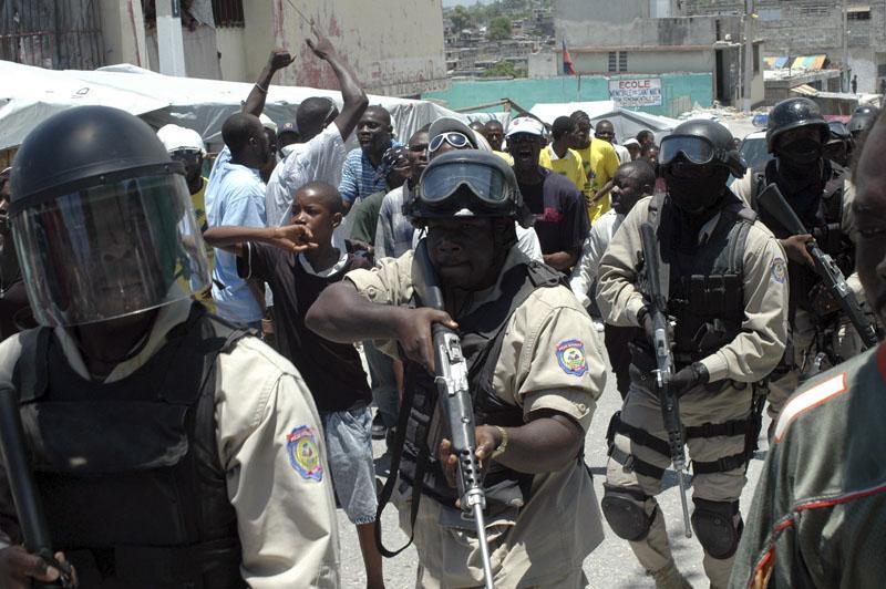 Un millar de haitianos intentan asaltar el palacio presidencial