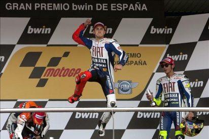 """Lorenzo le """"roba"""" la victoria a Pedrosa en la última vuelta"""