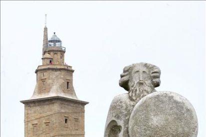 Personal de Greenpeace se cuelga de la torre de Hércules para pedir soluciones a la pesca