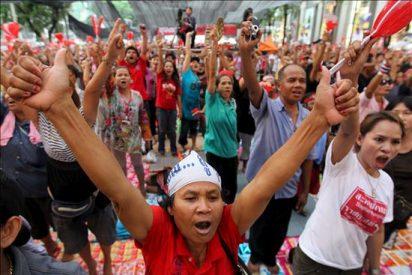"""Los """"camisas rojas"""" esperan una señal de sus líderes para despejar el centro de Bangkok"""