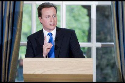 Cameron tiende la mano a Clegg en busca de un Gobierno sólido en Reino Unido