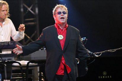 Elton John da un concierto benéfico ante 30.000 personas en México