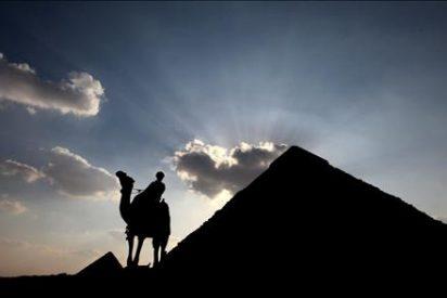Las pirámides cambian el camello por el coche eléctrico