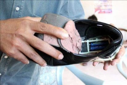 Detenido un hombre con un circuito eléctrico en los zapatos en el aeropuerto de Karachi