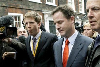 Los liberaldemócratas negocian a dos bandas con tories y laboristas