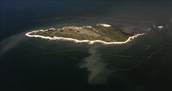 """Vientos y corrientes mantienen alejada la """"marea negra"""" de las costas de Florida"""