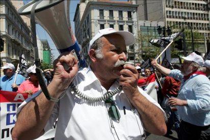 Los griegos continúan sus protestas, mientras Atenas espera el dinero del FMI