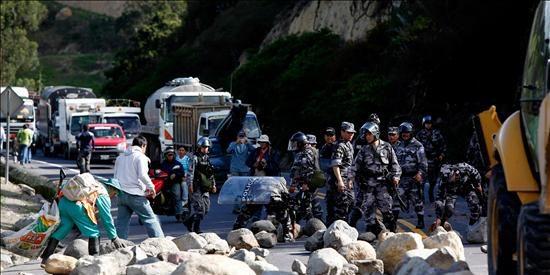 Indígenas mantienen bloqueos de vías antes de la votación de la ley de aguas