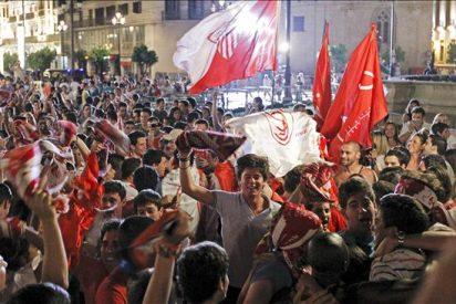 Miles de sevillanos toman la Puerta de Jerez para celebrar la 5ª Copa sevillista