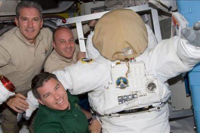 """Los astronautas completan la última labor exterior en la misión final del """"Atlantis"""""""
