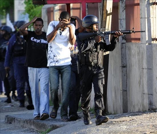 Fuerzas del Ejército de Jamaica se enfrentan a tiros con seguidores de un narcotraficante