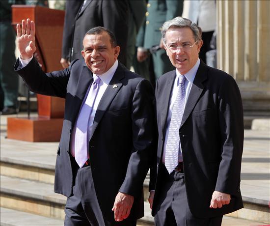 Porfirio Lobo comienza su visita oficial a Colombia