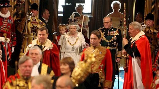 La reina Isabel II lee el programa de gobierno de la nueva coalición