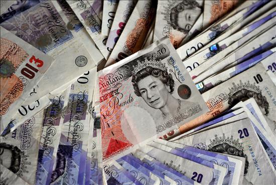 Los ataques de especuladores contra la libra alcanzan niveles récord