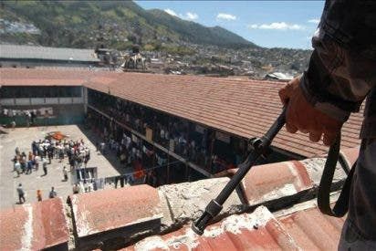 Tres reclusos muertos y 25 heridos en un motín en cárcel de Bogotá