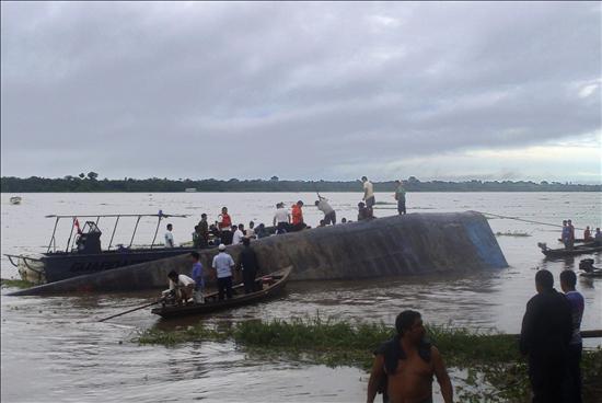Suben a 21 los muertos en el naufragio del Amazonas y buscan más cadáveres