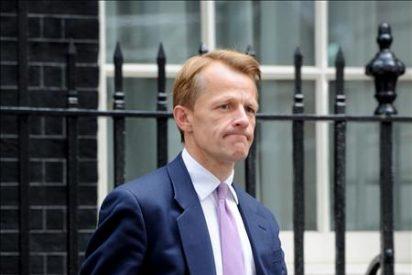 Dimite titular del Tesoro por escándalo, primera baja del Gobierno Cameron