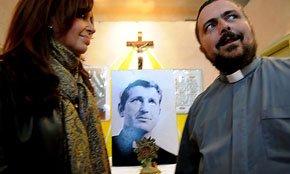La presidente Kirchner homenajea a un cura asesinado en los '70