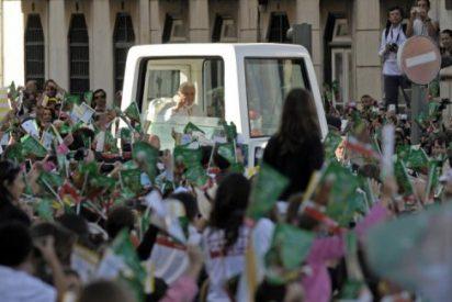Decenas de miles de personas acompañan al Papa por las calles de Lisboa