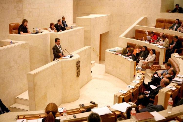 """Revilla defiende la """"estabilidad"""" del Gobierno y la posición de Cantabria para """"despegar"""" tras la crisis"""