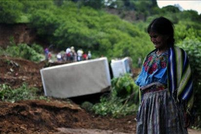 Indígenas kakchiqueles de Guatemala lloran a sus muertos y claman por ayuda