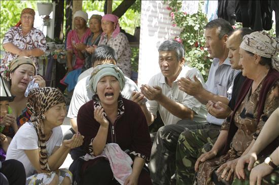 Kirguises y uzbekos buscan un acuerdo, mientras que los refugiados huyen a Uzbekistán