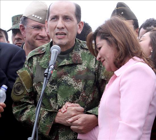 """Rescatados de las FARC en """"perfecto"""" operativo militar ya están con sus familias"""