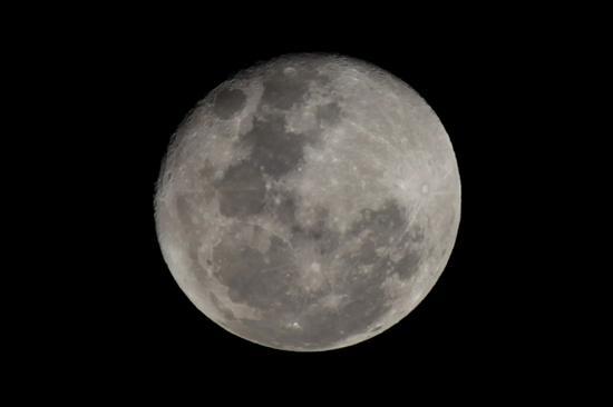 La luna alberga mucha más agua de lo que se creía, según un estudio