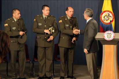 Uribe pide a las FARC que se desmovilicen tras el exitoso rescate de cuatro rehenes