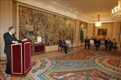 El rey elogia el servicio a España de Javier Solana y Víctor García de la Concha al imponerles el Toisón