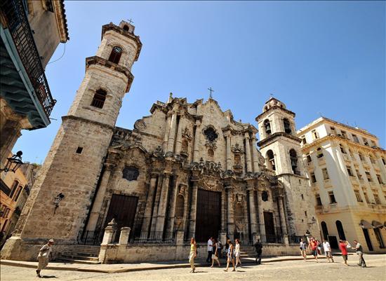 El canciller vaticano visita Cuba en un momento de diálogo entre la Iglesia y el Gobierno
