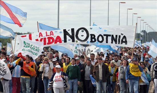 Ecologistas argentinos levantan el bloqueo en el paso a Uruguay luego de tres años
