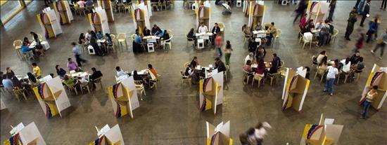 Baja participación y diez uniformados muertos en la jornada electoral colombiana