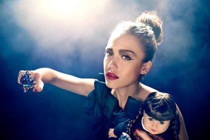 Jessica Alba protagoniza una alocada sesión de fotos con sus muñecas