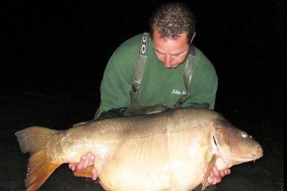 Pescador británico bate el récord mundial al atrapar una carpa de 45 kilos