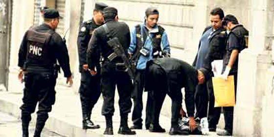 Hallan una cabeza humana en la puerta del Congreso de Guatemala