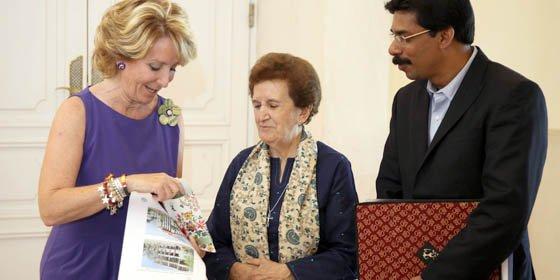 Esperanza Aguirre recibe a la hermana Isabel Martín, fundadora de Creative Handicrafts