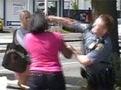Tráfico, policías, adolescentes respondonas y puñetazos en la cara
