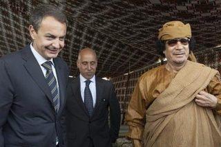 """Gadafi recibe a Zapatero en su """"jaima"""" y con honores militares"""