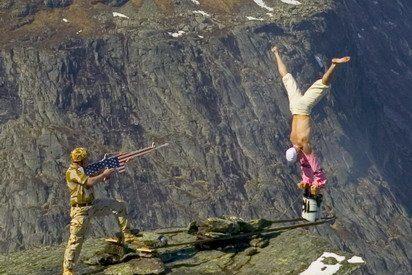 A 300 metros y sin red: el arte suicida de un equilibrista noruego