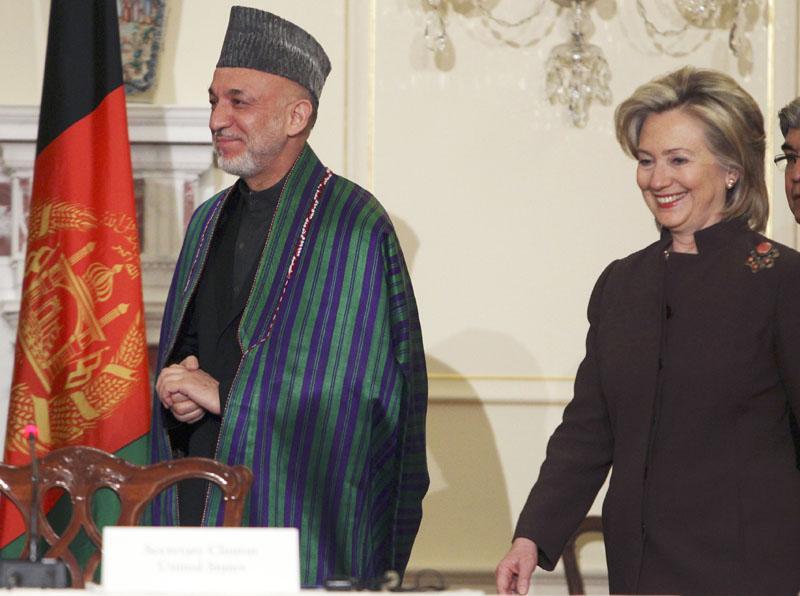 """Clinton promete a las mujeres afganas que los avances en Afganistán no se harán """"a su costa"""""""