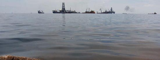 BP suspende las operaciones de sellado del vertido ante la llegada de 'Bonnie'