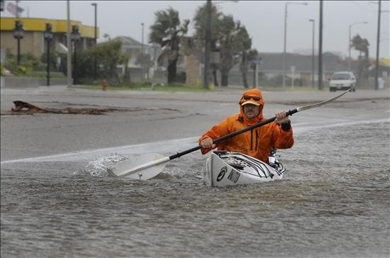 """El huracán """"Alex"""" toca tierra en el noreste de México como un huracán de categoría dos"""