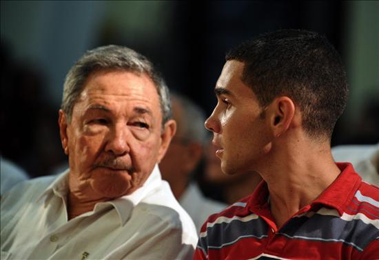 Raúl Castro asiste con Elián González a una eucaristía por los diez años del retorno del joven